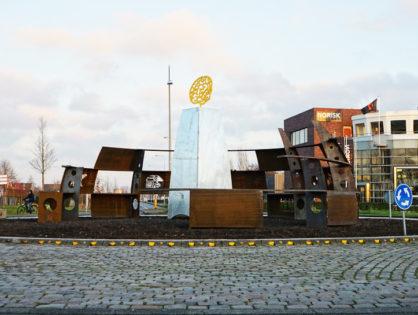 Kunstwerk op een rotonde bij Hoogkerk